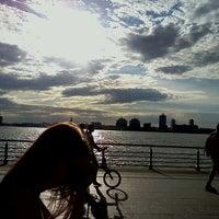 รูปภาพถ่ายที่ Hudson River Park โดย Phil C. เมื่อ 4/17/2012