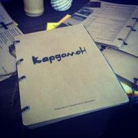 Das Foto wurde bei Кофейня «Кардамон» и лавка «Коллекция Пустяков» von Mihail J. am 8/17/2012 aufgenommen