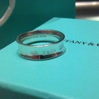 Foto scattata a Tiffany & Co. da Kristina P. il 4/17/2012