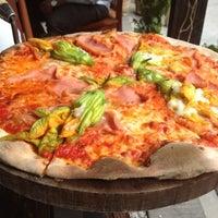 Foto diambil di Artigiano Pizza Rústica oleh Santiago pada 9/1/2012