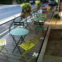Foto scattata a Green Line Cafe da Francis L. il 6/27/2012