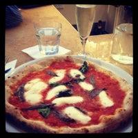 Foto tirada no(a) Menomalé Pizza Napoletana por raerae519 em 5/13/2012