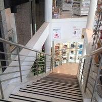 6/8/2012 tarihinde Pat C.ziyaretçi tarafından Maruay Knowledge & Resource Center'de çekilen fotoğraf