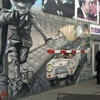 Foto tomada en East Side Gallery por Adam F. el 7/13/2012