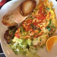 Foto tomada en Blue Daisy Cafe por Loren M. el 9/3/2012