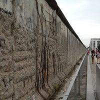 Das Foto wurde bei Baudenkmal Berliner Mauer von Denis am 7/28/2012 aufgenommen