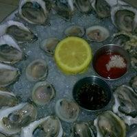 รูปภาพถ่ายที่ Mermaid Oyster Bar โดย Kate T. เมื่อ 6/25/2012