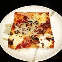 Foto tirada no(a) Nonna's L.E.S. Pizzeria por Suzanna em 8/3/2012