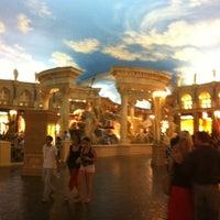8/3/2012 tarihinde Daren R.ziyaretçi tarafından Festival Fountain - The Forum Shops at Caesars Palace'de çekilen fotoğraf