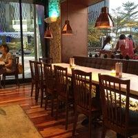 Foto tirada no(a) Bluegrass Bar & Grill por Chikara em 7/21/2012