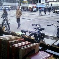 3/9/2012 tarihinde Julia D.ziyaretçi tarafından The American Book Center'de çekilen fotoğraf