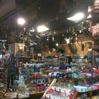 Foto scattata a Ye Olde Curiosity Shop da Carlos C. il 8/8/2012