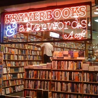 Foto tirada no(a) Kramerbooks & Afterwords Cafe por Armie em 7/7/2012