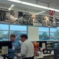 รูปภาพถ่ายที่ Walgreens โดย Sarah เมื่อ 3/22/2012