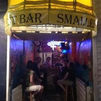 Foto tomada en Smallest Bar por Brian P. el 4/2/2012