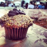 7/28/2012 tarihinde Joel G.ziyaretçi tarafından Sweet Box Cupcakes & Bake Shop'de çekilen fotoğraf