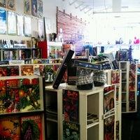 Снимок сделан в Meltdown Comics and Collectibles пользователем Felix G. 9/2/2012