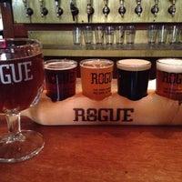 Foto scattata a Rogue Ales Public House & Distillery da Heather M. il 7/6/2012