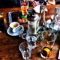 Photo prise au Adriano's Bar & Café par rouge le4/22/2012