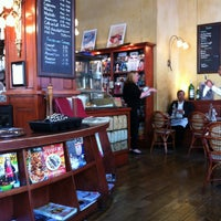 Das Foto wurde bei Café de la Presse von Lora T. am 6/5/2012 aufgenommen