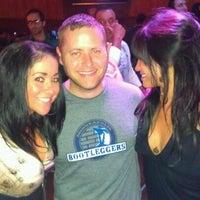 Foto tomada en Sneaky Pete's por Heather B. el 4/15/2012