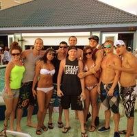 Das Foto wurde bei The Float Pool And Patio Bar von JLuke am 4/2/2012 aufgenommen