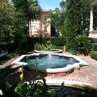 Foto tomada en Calhoun Mansion por Kristen M. el 8/14/2012