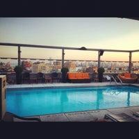 Foto tomada en Plunge Rooftop Bar & Lounge por Zirj C. el 6/28/2012