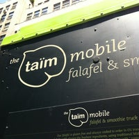 Foto tirada no(a) Taïm Mobile Falafel & Smoothie Truck por Lauren M. em 6/27/2012