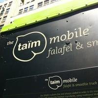 Foto scattata a Taïm Mobile Falafel & Smoothie Truck da Lauren M. il 6/27/2012