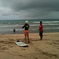Foto scattata a Odysseys Surf School da Yuki P. il 2/9/2012