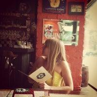 Foto scattata a Clever Irish Pub da Larisa il 6/7/2012