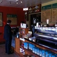7/19/2012 tarihinde Joshziyaretçi tarafından Bird Rock Coffee Roasters'de çekilen fotoğraf