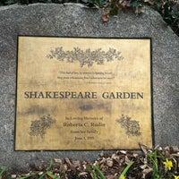 Foto scattata a Shakespeare Garden da Lesley C. il 3/18/2012