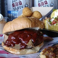 8/8/2012 tarihinde Carolina Panthersziyaretçi tarafından JJR's BBQ Shack'de çekilen fotoğraf