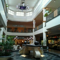 Foto tirada no(a) Perimeter Mall por David R. em 8/10/2012