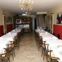 Foto tirada no(a) Neighbours Restaurant por N R. em 8/29/2012