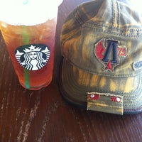 Photo prise au Starbucks par Jennifer R. le5/16/2012