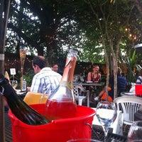 Foto tirada no(a) Bacchanal Wine por Cj B. em 6/2/2012