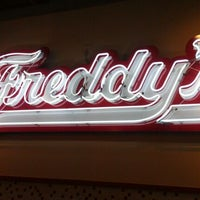 Foto scattata a Freddy's Frozen Custard and Steakburgers da Casey N. il 3/18/2012