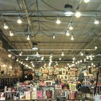 5/8/2012 tarihinde Daniel T.ziyaretçi tarafından Twist & Shout Records'de çekilen fotoğraf
