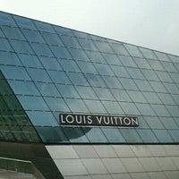 Foto scattata a Louis Vuitton Island Maison da G_jewel_by_ROKO il 3/29/2012