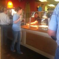 Foto tomada en West Crust Artisan Pizza por Richard T. el 3/18/2012
