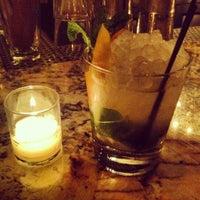 5/8/2012 tarihinde Josh E.ziyaretçi tarafından Maude's Liquor Bar'de çekilen fotoğraf
