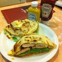 Das Foto wurde bei Blooming Burger von Gabriel Torres A. am 6/23/2012 aufgenommen
