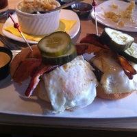 Photo prise au Stax Burger Bistro par Adi P. le4/15/2012