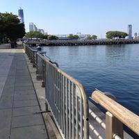 รูปภาพถ่ายที่ Hudson River Park โดย Leigh F. เมื่อ 8/12/2012
