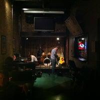 รูปภาพถ่ายที่ Grumpy's Bar & Grill โดย John D. เมื่อ 8/19/2012