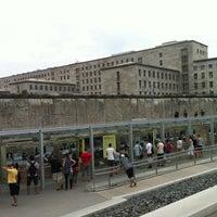 Das Foto wurde bei Baudenkmal Berliner Mauer von Pedro T. am 8/21/2012 aufgenommen