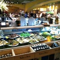 Das Foto wurde bei eatZi's Market & Bakery von Lane R. am 3/19/2012 aufgenommen